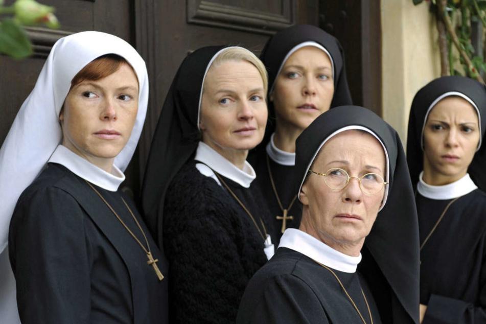 """Antje Mönning (li) als TV-Nonne in """"Um Himmels Willen""""."""