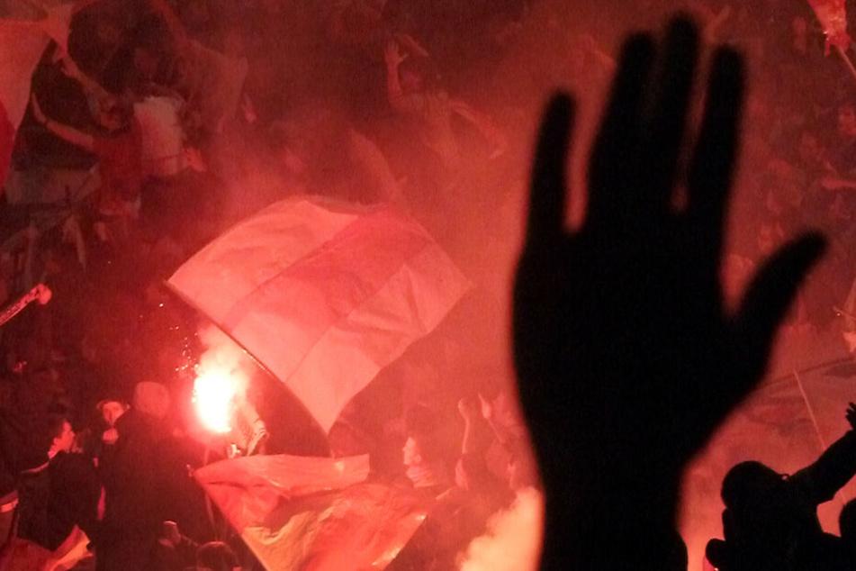 Massenschlägerei vor Bundesliga-Spiel: Polizei muss Ultras trennen