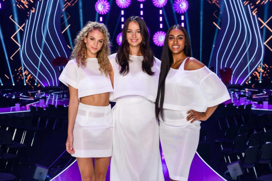 Simone, Cäcilia und Sayana (links) lächeln vor dem Final ganz professionell in die Kamera.