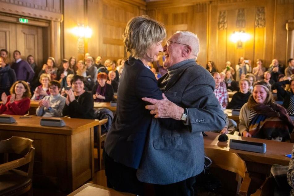 OB Barbara Ludwig (57, SPD) und Hartwig Albiro (88) liegen sich in den Armen.