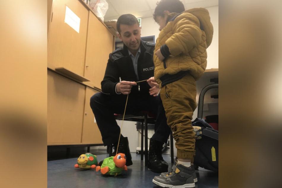 """Der Junge wurde mit Spielzeug """"bei Laune gehalten""""."""
