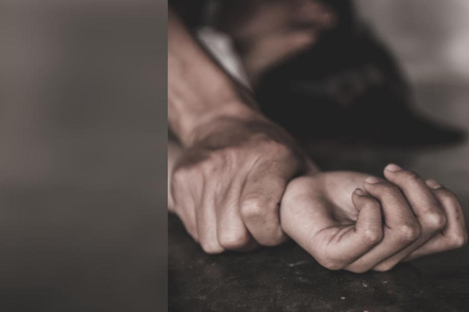 Der Mann hielt die junge Frau fest und drückte sie zu Boden. (Symbolbild)