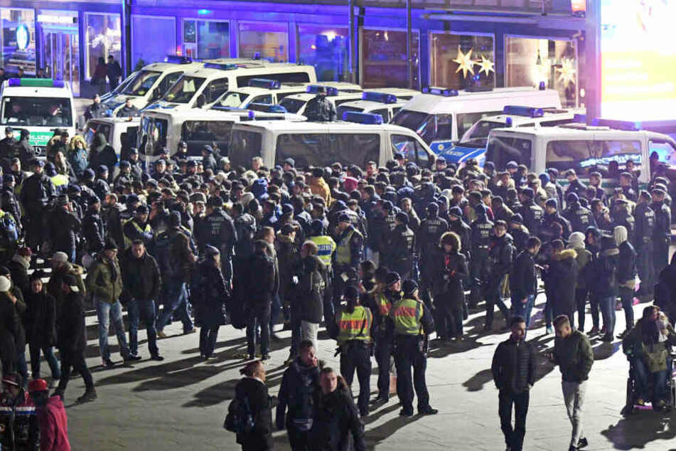 Polizisten umringen am 31. Dezember vor dem Hauptbahnhof in Köln eine Gruppe südländisch aussehender Männer.