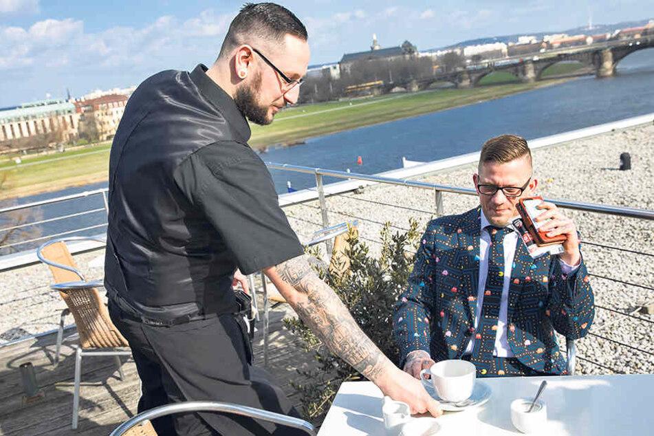 Zwei Tattoofans auf der  Dachterrasse des Landtages. Kellner Alex (31, l.) serviert René Jalaß  Kaffee.