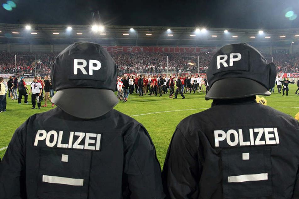Nach dem Spiel Chemnitzer FC gegen 1. FC Magdeburg wurden einige Fans gewalttätig. (Symbolbild)