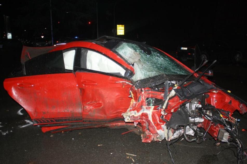 Der Mercedes krachte mit voller Wucht gegen einen Baum. Alle drei Insassen wurden schwer verletzt.
