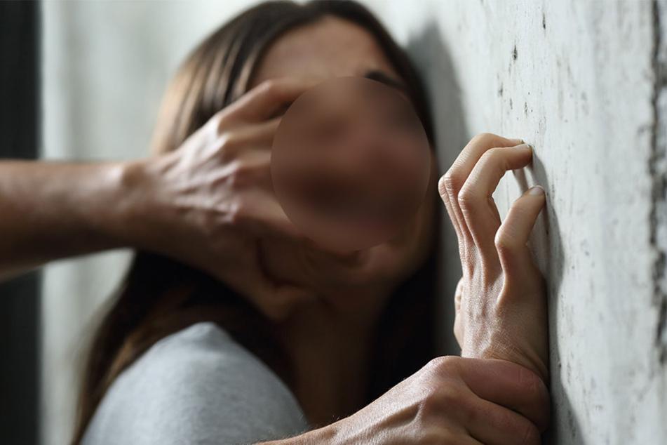 Eine 20-jährige Frau aus Spenge soll übel misshandelt worden sein (Symbolbild).