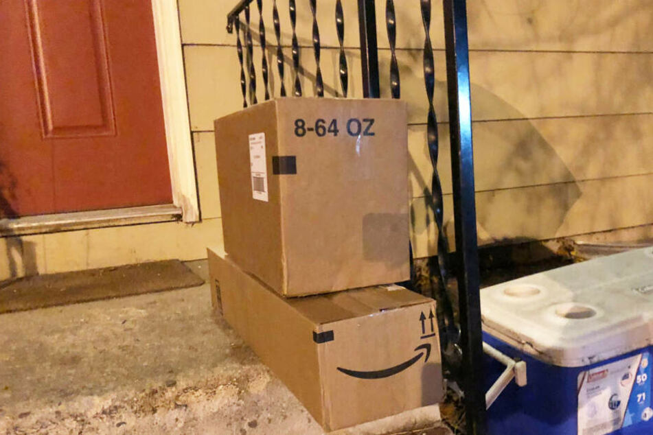 Zwei Pakete voller Müll platzierte die Familie für die Diebe auf der Veranda.