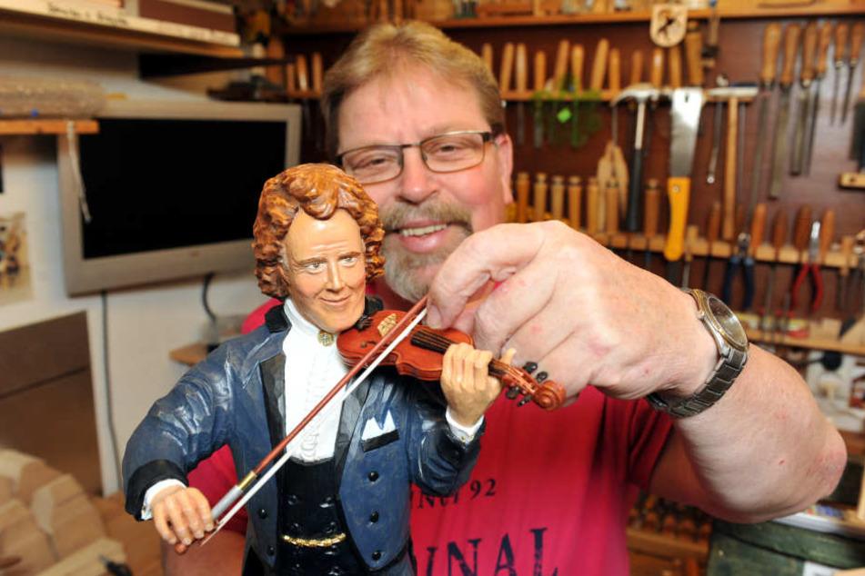 Kapellmeister André Rieu (68) im geschnitzten Holzformat. Hans Roscher (64) aus Geyer hat damit den 1. Platz beim Schnitzwettbewerb des Erzgbirges gewonnen.