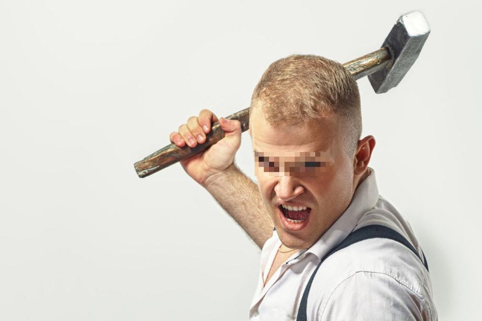 Mit einem Hammer und einem Messer war der Mann auf seine Nachbarn losgegangen. (Symbolbild)