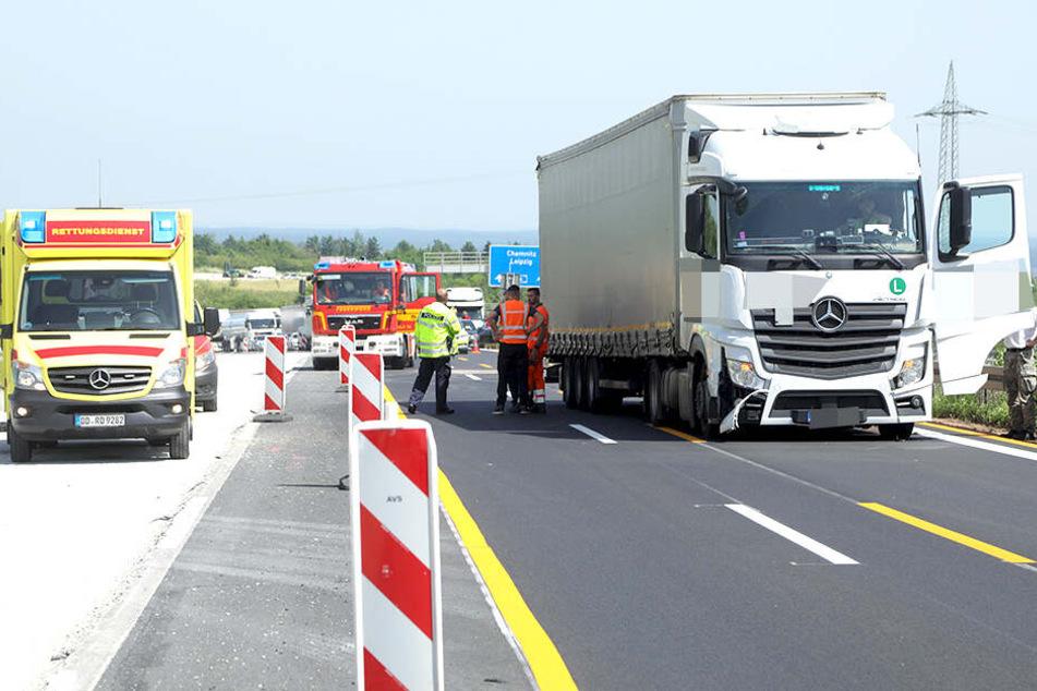Der Lkw-Fahrer soll die Kollision unverletzt überstanden haben. Es bildete sich Stau.