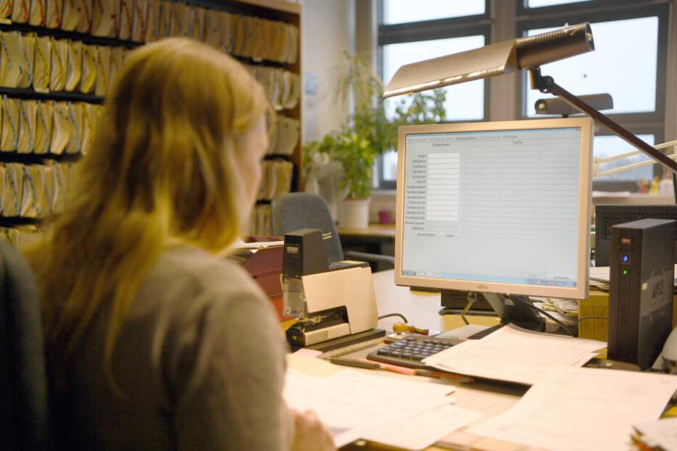 Eine Behördenmitarbeiterin verwaltet Daten an einem Computer. (Archivbild)
