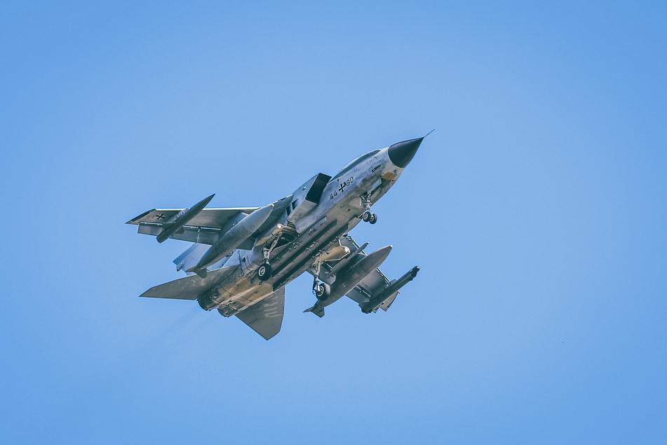 Zwei dieser Tornado-Kampfflugzeuge begleiteten den Airbus.