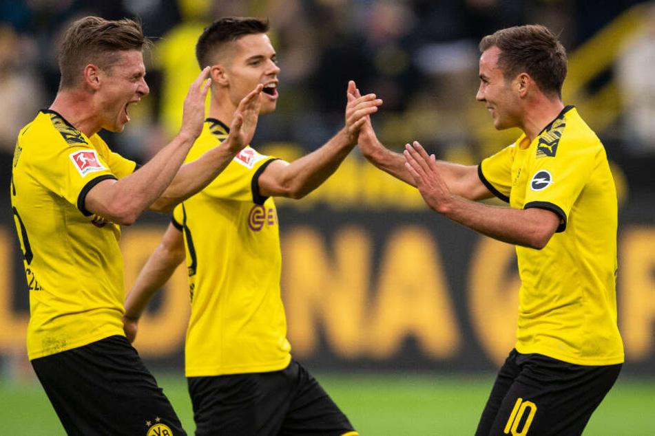 Dortmunds Lukasz Piszczek (l-r), Julian Weigl und Torschütze Mario Götze jubeln nach dem Treffer zum 1:1 Ausgleich gegen Bremen.