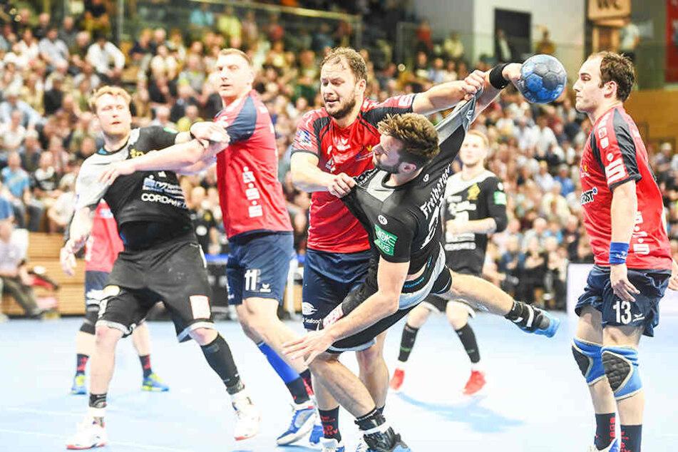 Der HC Elbflorenz, hier mit Sebastian Greß am Ball, hatte gegen den Wilhelmshavener HV das Nachsehen.