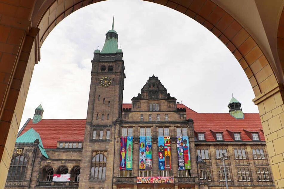 Geschmückte Rathausfassade zum Friedenstag am 5. März 2018.