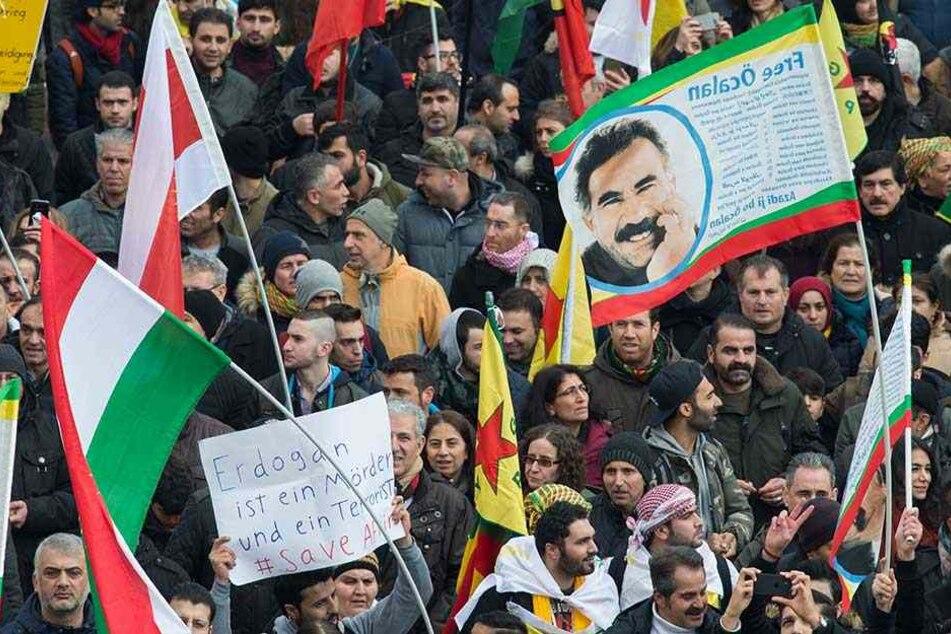 Während der Demo wurden immer wieder Plakate mit dem Gesicht des inhaftierten Chefs der verboteneren PKK, Abdullah Öcalan, gezeigt.
