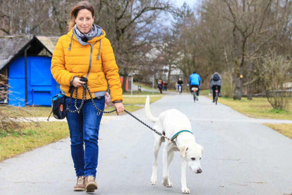 Nadine S. liebt die Spaziergänge mit ihrem Vierbeiner, macht sich aber große Sorgen.