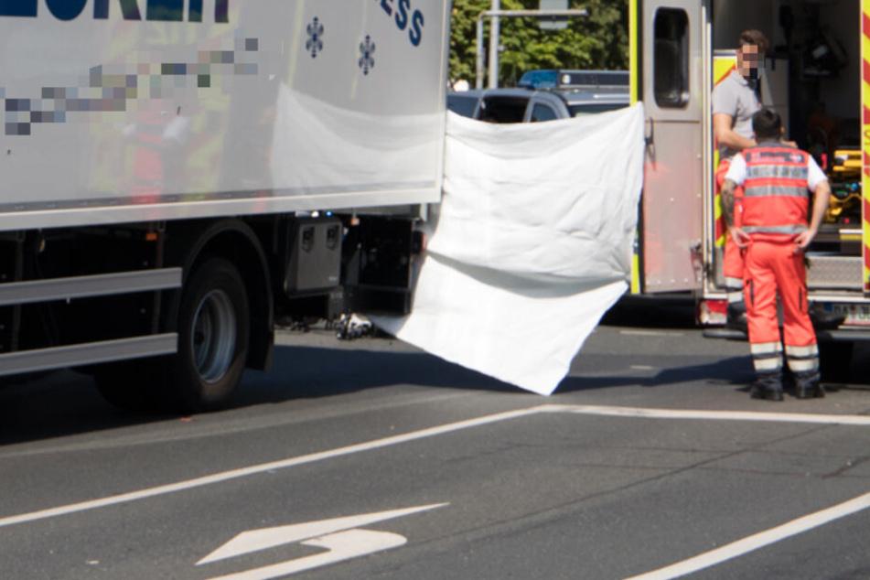 Das Foto zeigt links den an dem Crash beteiligten Lastwagen.