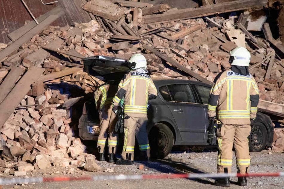 Die Feuerwehr musste den Opel aus dem Schutthaufen bergen.