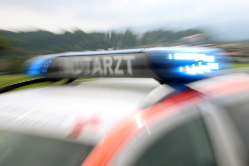 Bei dem Unfall wurden alle drei Insassen des VWs verletzt. (Symbolbild)