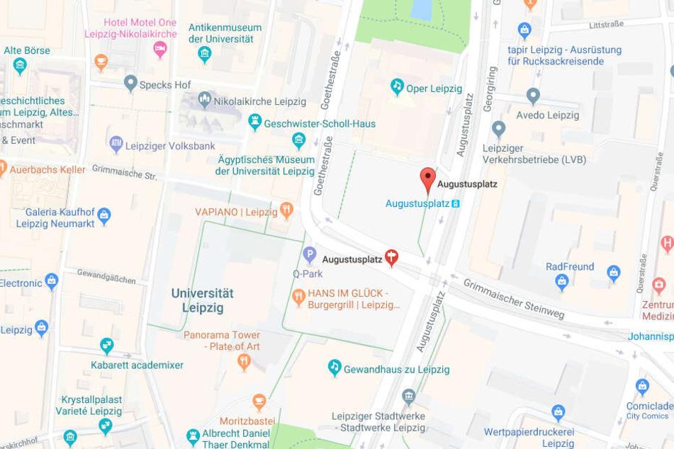 Am Augustusplatz drängten die Täter den Mann aus der Bahn und schlugen auf ihn ein.