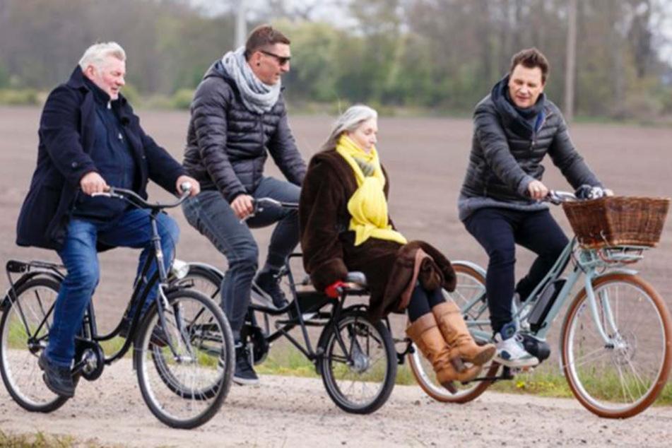 Gemeinsam mit Moderator und Star-Designer Guido Maria Kretschmer (r.) fahren die drei Fahrrad, kochen zusammen und verbringen 24 Stunden miteinander.