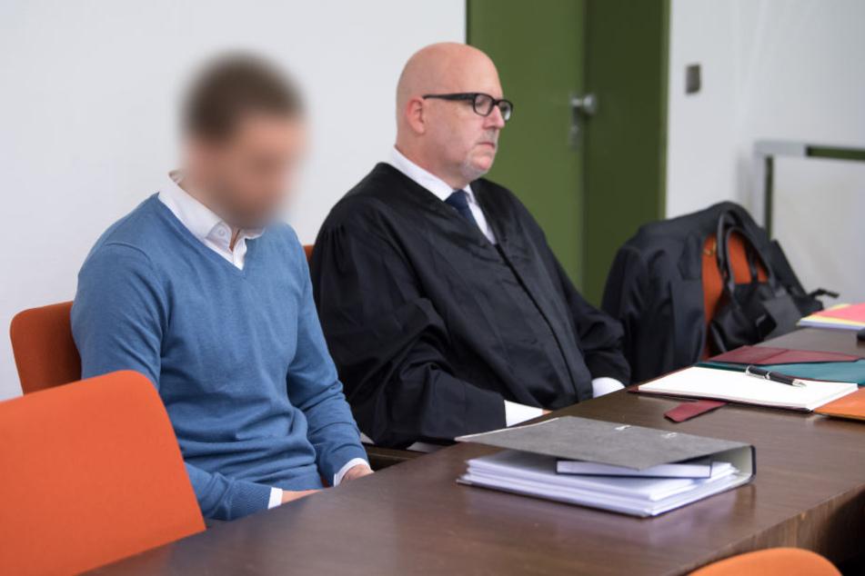 Der 33-jährige Angeklagt mit seinem Anwalt im Gericht. (Archivbild)