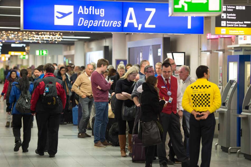 Passagiere müssen sich auf längere Wartezeiten als üblich einstellen. (Symbolbild)