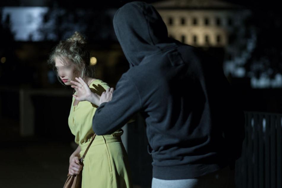 Der Täter habe die Frau wohl von hinten zu Boden gerissen und danach versucht, sie weiterhin unsittlich zu berühren. (Symbolbild)