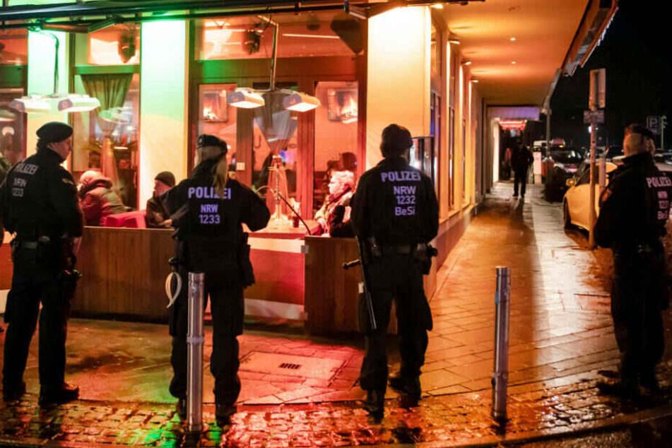 Mit großangelegten Razzien und Festnahmen - wie hier in Bochum - soll der Fahndungs-Druck auf die Clan-Szene hochgehalten werden.