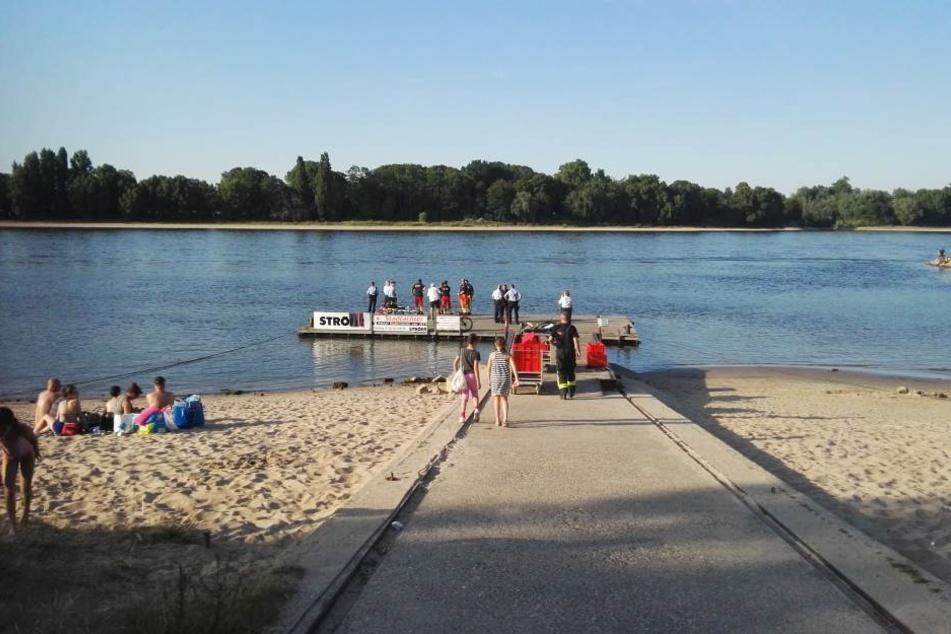 Rettungskräfte beim Einsatz am Rhein in Köln-Rodenkirchen.