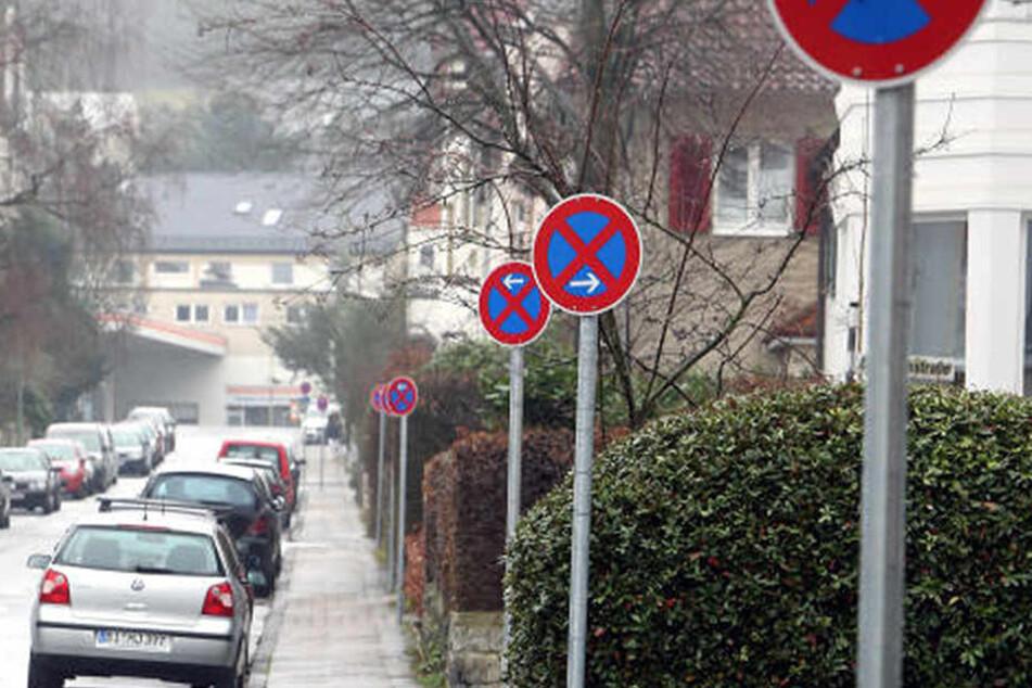 Ein Schild nach dem anderen weist auf ein Halteverbot hin.