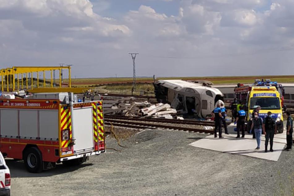 Geländewagen stürzt von Brücke, Zug entgleist: Autofahrer auf der Stelle tot