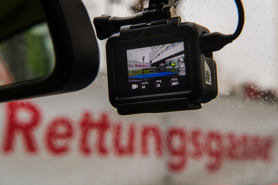 Eine Action-Cam ist an der Frontscheibe eines Polizeifahrzeugs zum Aufzeichnen eines Polizei-Einsatzes montiert (Symbolbild).