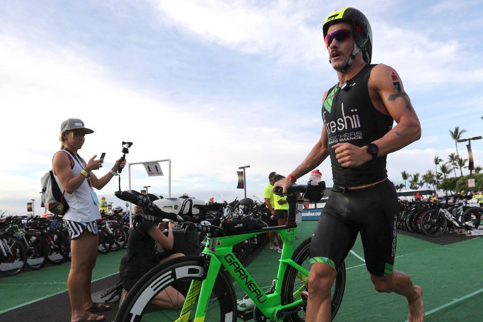 Lionel Sanders (33) aus Kanada läuft aus der Übergangszone heraus, um mit dem Radfahren der Ironman-Weltmeisterschaft 2016 in Hawaii zu starten.