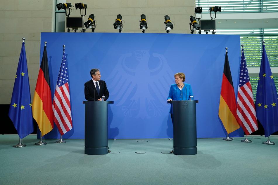 Mit Corona-Abstand, aber politisch wieder deutlich näher beieinander: Bundeskanzlerin Angela Merkel (66, CDU) und Antony Blinken bei ihrer gemeinsamen Pressekonferenz.