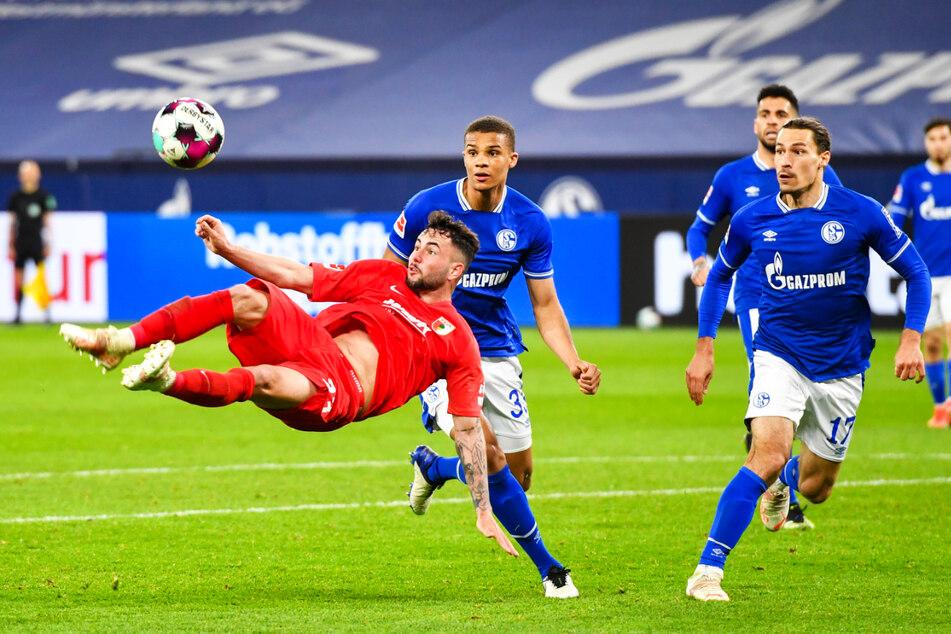 Marco Richter (l.) ließ mehrere gute Chancen für Augsburg aus. Auch mit diesem erstklassigen Fallrückzieher konnte er Schalkes Torwart Ralf Fährmann (nicht im Foto) nicht überwinden.