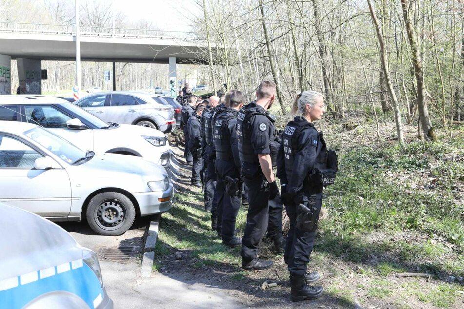 Beamte der Bereitschaftspolizei durchforsten auf der Suche nach der Tatwaffe den südlichen Auwald.