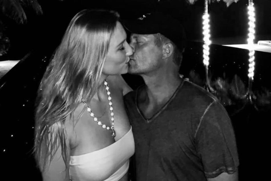 Im Urlaub knutscht der Schauspieler mit seiner 30 Jahre jüngeren Freundin.