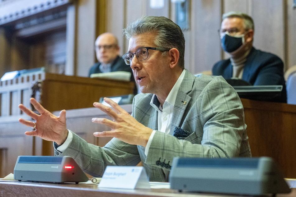 Im Zeitraum dieser Pressekonferenz wurden zwei Laptops aus dem Stadtverordnetensaal geklaut. Auf ihnen war die Software für das Lautsprechersystem.