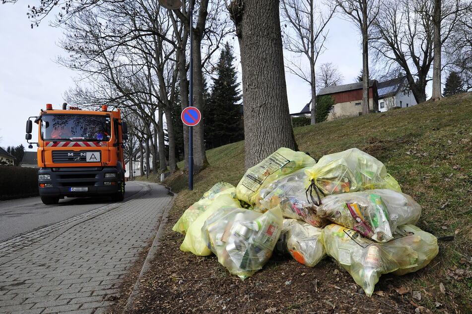 Damit sowas nicht passiert: In Stadtrandsgebieten soll die Müllabfuhr künftig zweimal im Monat Gelbe Säcke abholen.