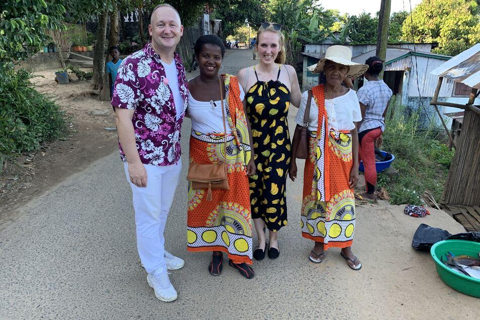 Die Reiseleiter Anna und Bernd erkunden zu Fuß die Inselhauptstadt Ambodifototra vor Madagaskar.
