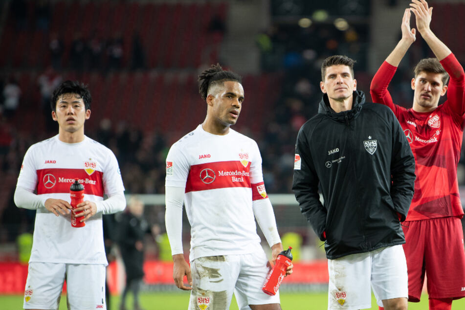 Stuttgarts Wataru Endo, Daniel Didavi, Mario Gomez und Torwart Gregor Kobel (v.l.n.r.) stehen nach dem Unentschieden gegen Bielefeld auf dem Platz.