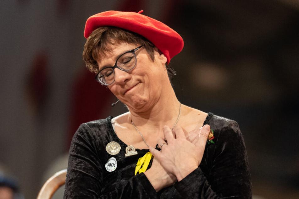 """Drei Eimer Wein muss Annegret Kramp-Karrenbauer für ihre """"Taten"""" zahlen, befanden die Narren."""