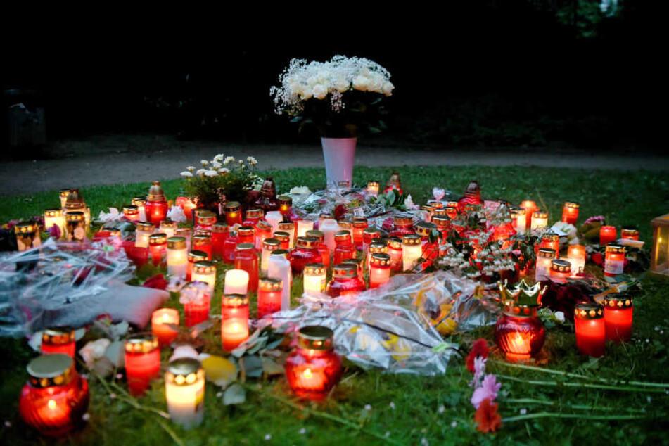 Am Tatort brannten am Abend rund hundert Lichter. Auch Blumen und Briefe wurden dort niedergelegt.
