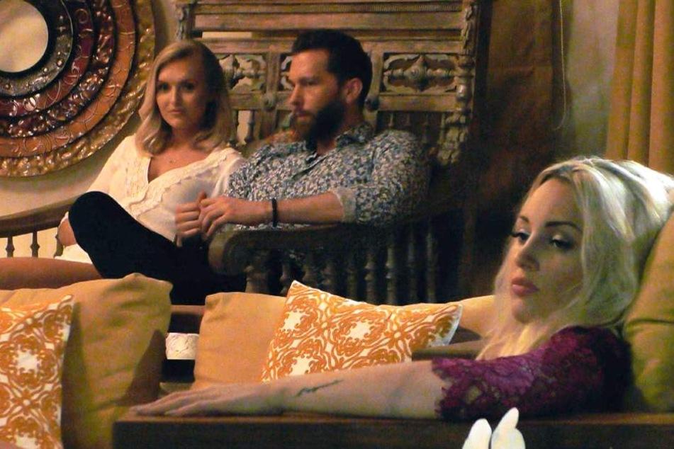 Ein Bild sagt mehr als tausend Worte. Caro war mega angepisst, weil Oliver auch mit anderen Mädels flirtete.