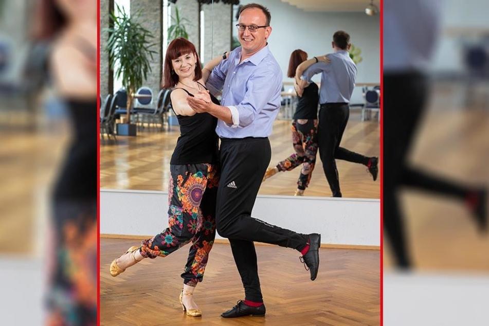Jörg Vieweg (46) beim Quickstepp-Training mit Tanzlehrerin Jane Georgi (29) in der Chemnitzer Tanzschule Köhler-Schimmel.