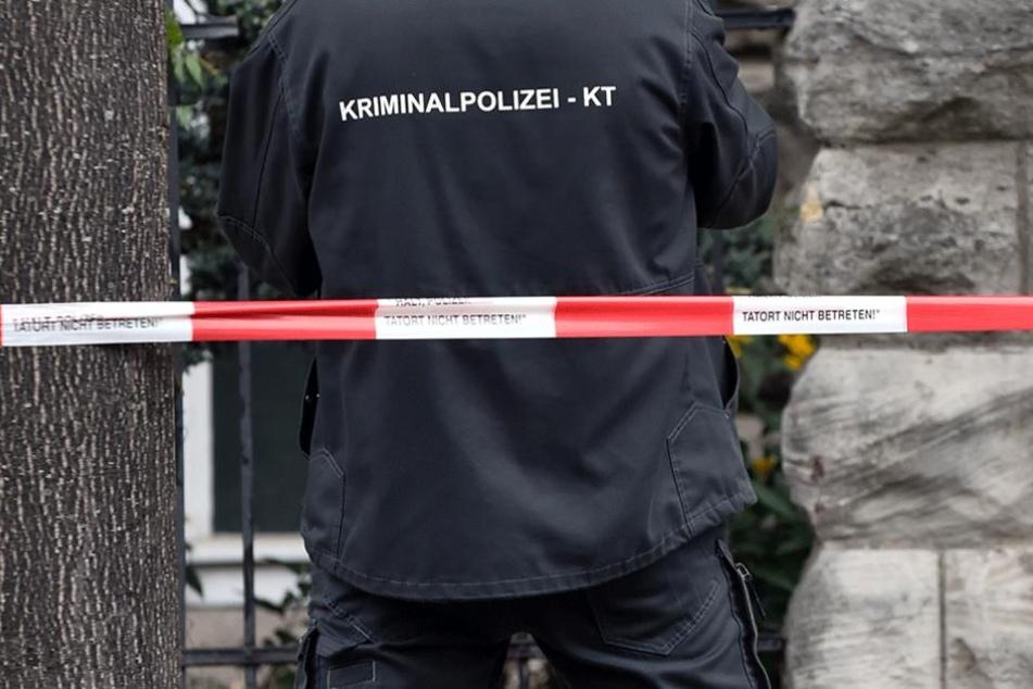 Die Polizei sichert Spuren am Tatort (Symbolbild).