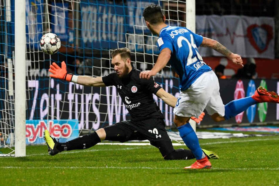 Robin Himmelmann macht die kurze Ecke gegen den Angreifer zu.